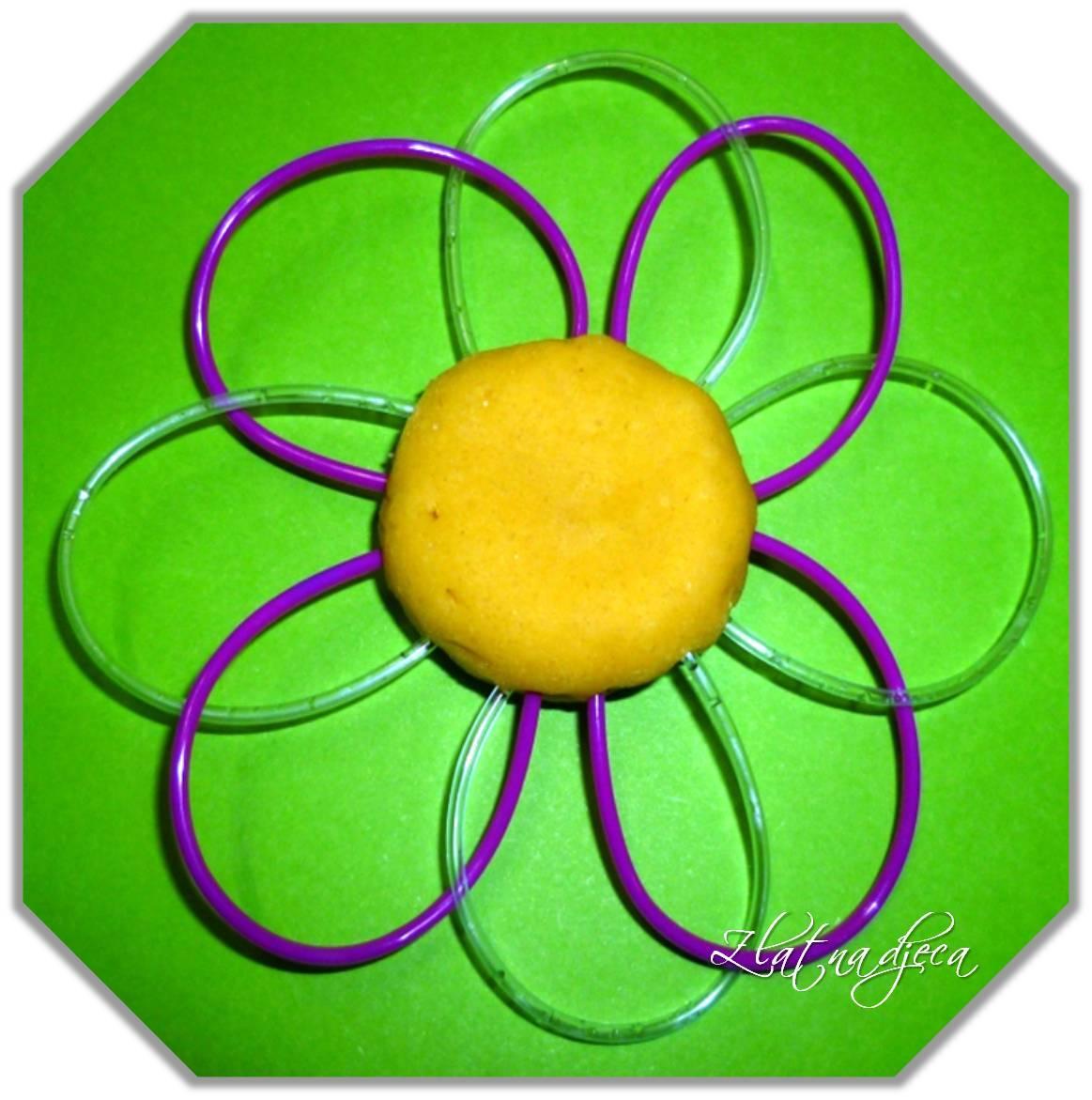 Cvjetići od plastelina i plastičnih cjevčica