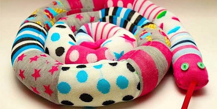 Napravite zmiju od raspršenih čarapica